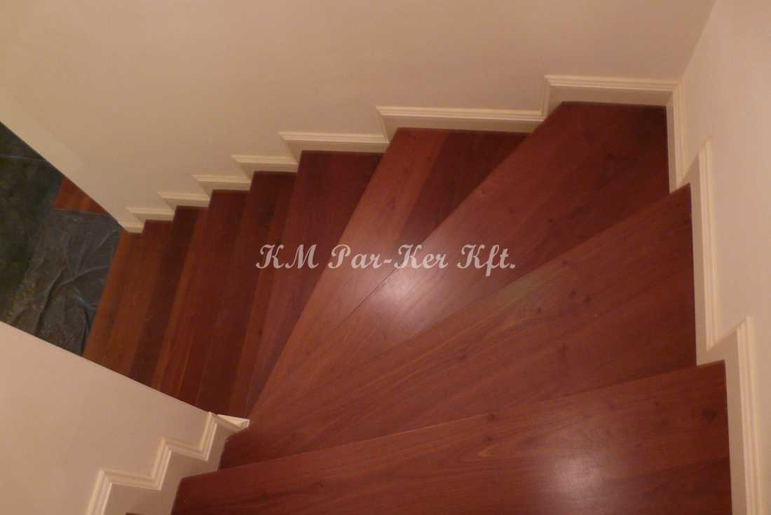 fa lépcső 07, cseresznye festett lábazattal