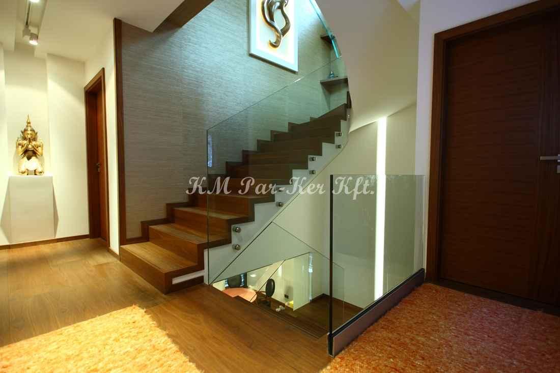 fa lépcső 18, üvegkorláttal