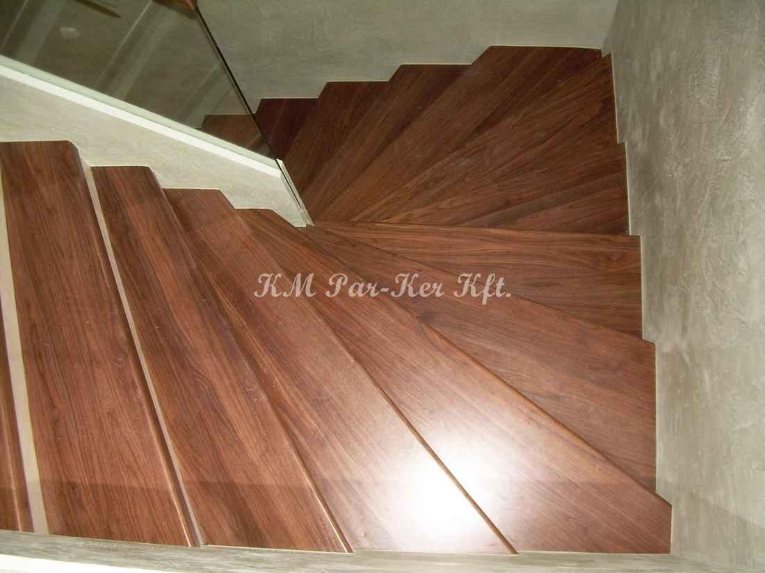 fa lépcső 24, dió üvegkorláttal