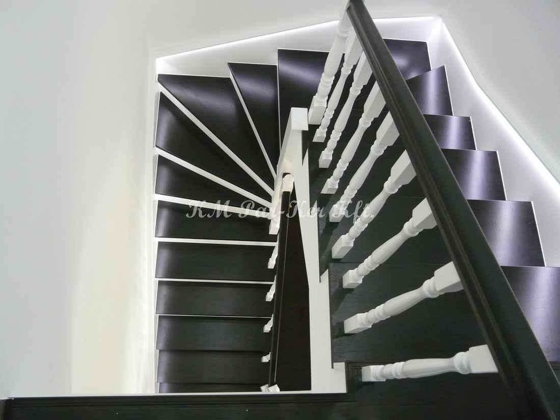 fa lépcső 27, festett lépcső, pofadeszkákkal