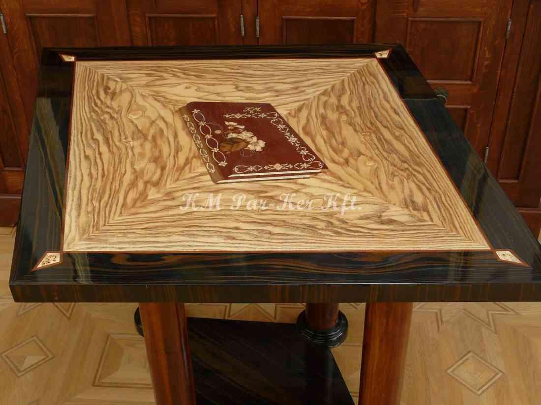 intarziás asztal, Könyv
