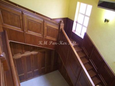 fa lépcső, kazettás korlát és falburkolat