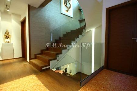 fa lépcső, üvegkorláttal