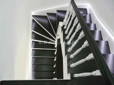 fa lépcső, festett, pofadeszkákkal